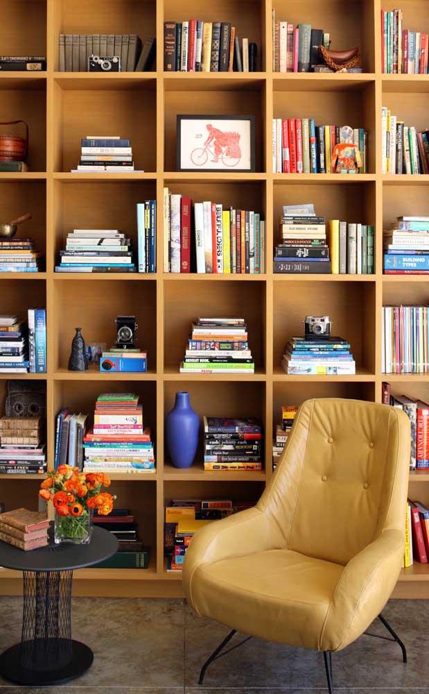 Mas procure organizar os livros de uma forma que combine com o local.