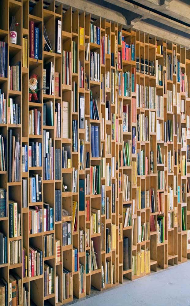 Olha que estante diferente para organizar seus livros.