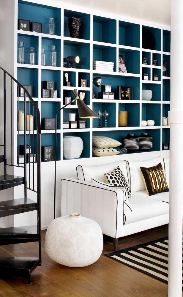 Você também pode pintar a estante na cor desejada.