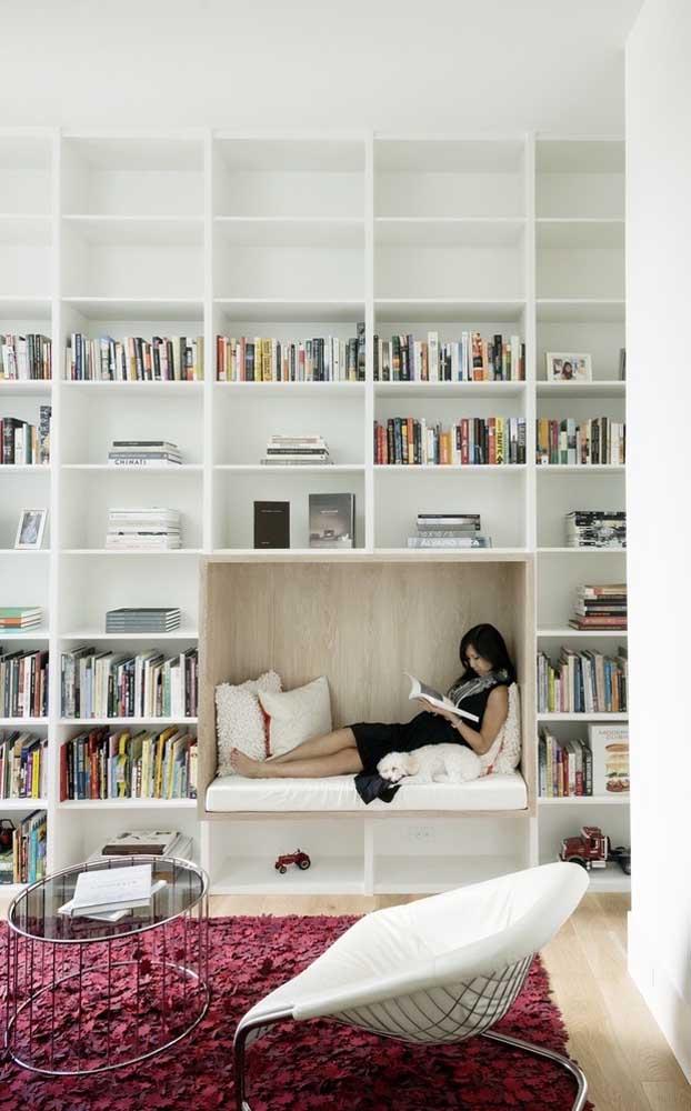 Olha que cantinho perfeito para organizar os livros e ainda ter um espaço para leitura.