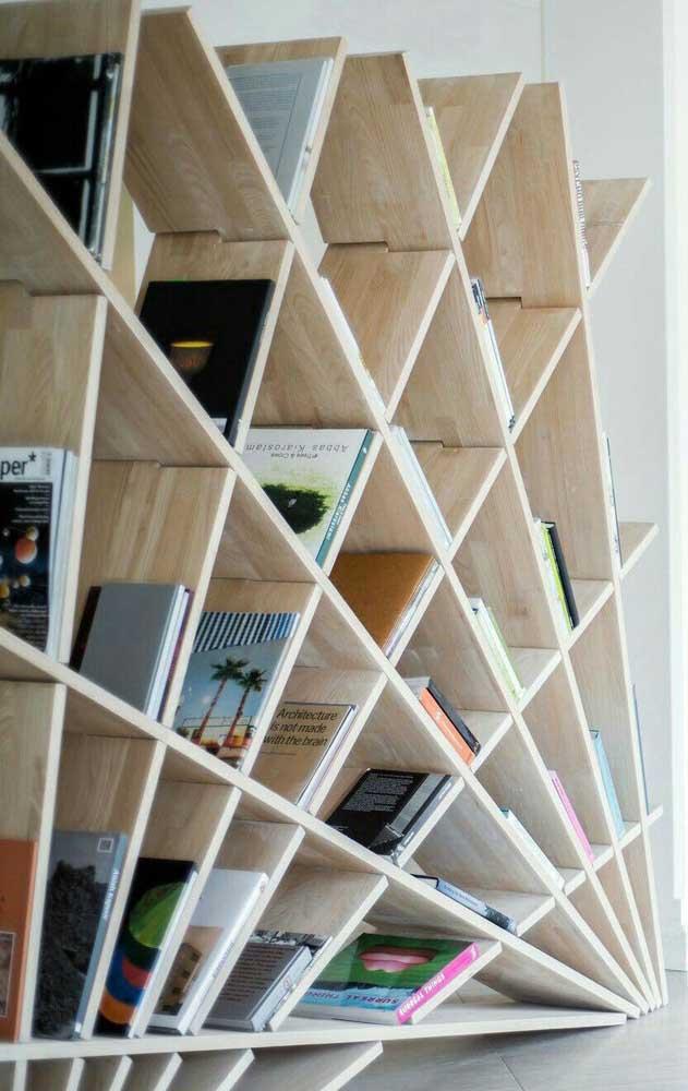 Com pedaços de madeira você consegue fazer uma estante como essa.
