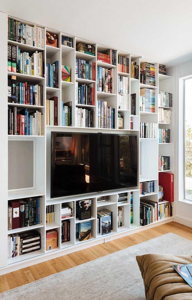Que tal usar a mesma estante dos livros para colocar a TV da sala?