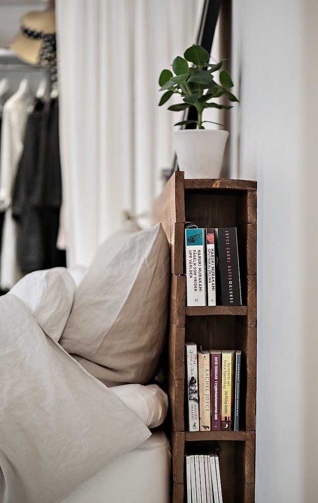 Sabe aquele cantinho da cabeceira da cama? Você pode organizar seus livros ali.