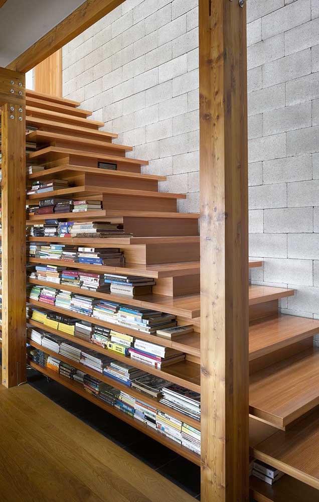 Que tal aproveitar os espaços da casa para fazer uma estante de livros?