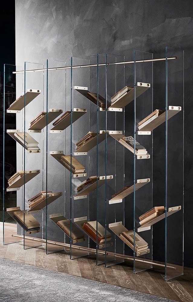 Mas se a intenção é fazer algo com design diferenciado, aposte em estantes com vidros.