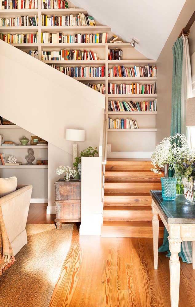 A parede que dá acesso à escada é sempre uma boa opção para colocar a estante de livros.