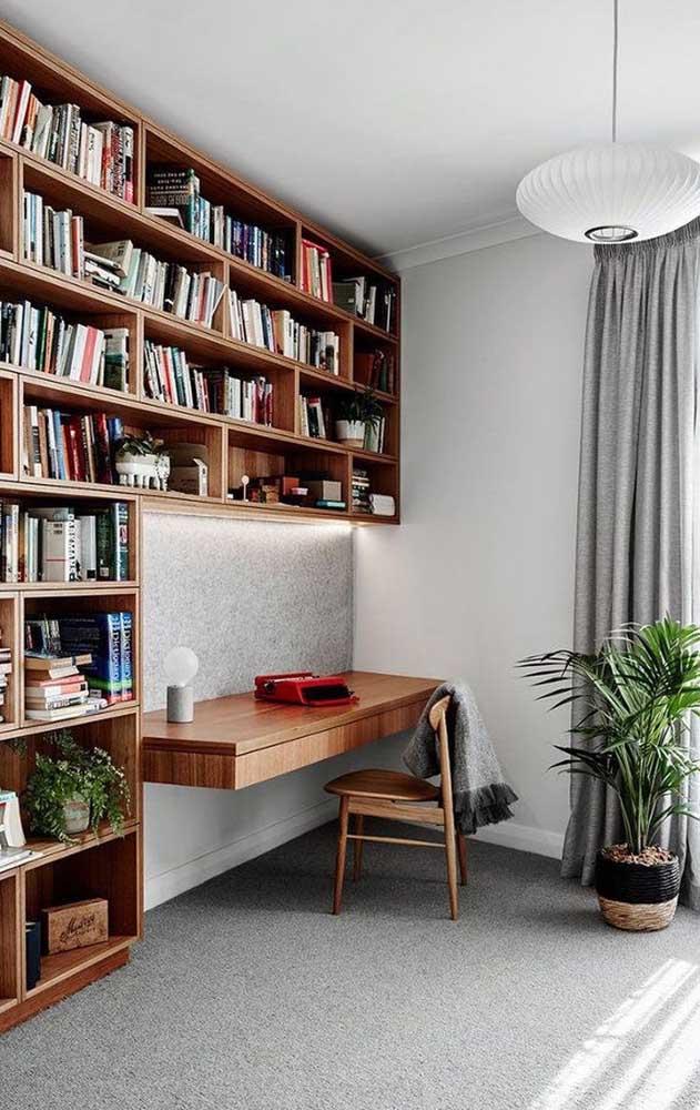 Se você quer organizar seus livros no escritório, pode optar por uma estante de livros de parede.