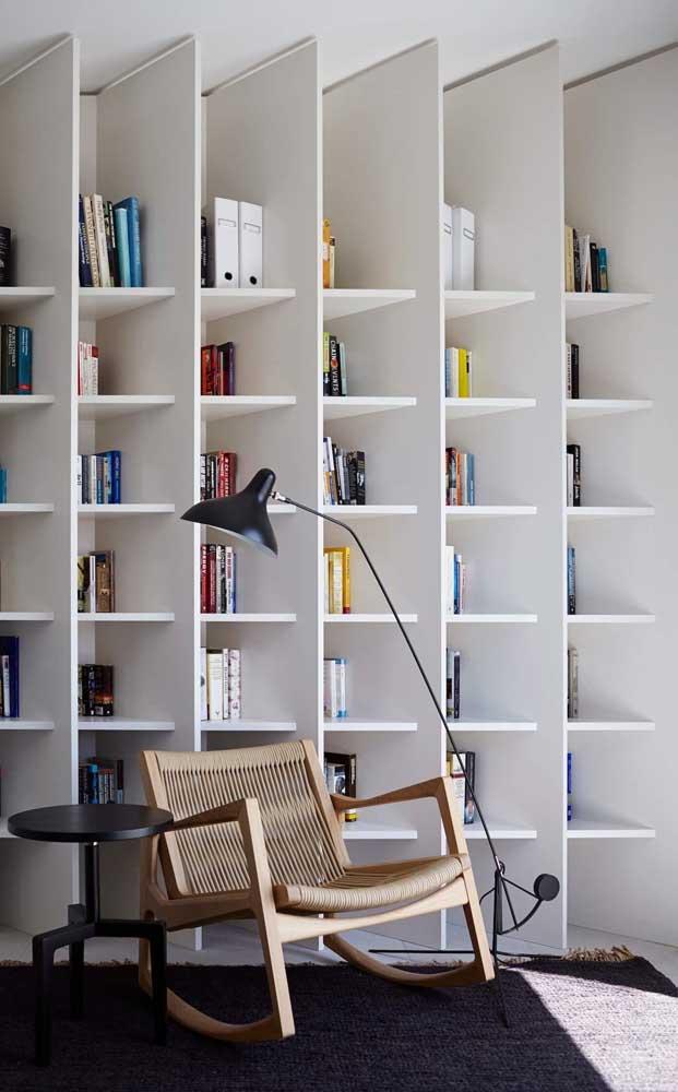 A estante de livros na cor branca deixa o ambiente mais clean e organizado.