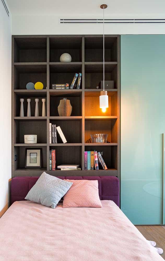 A estante de livros para quarto merece ser o destaque do ambiente.