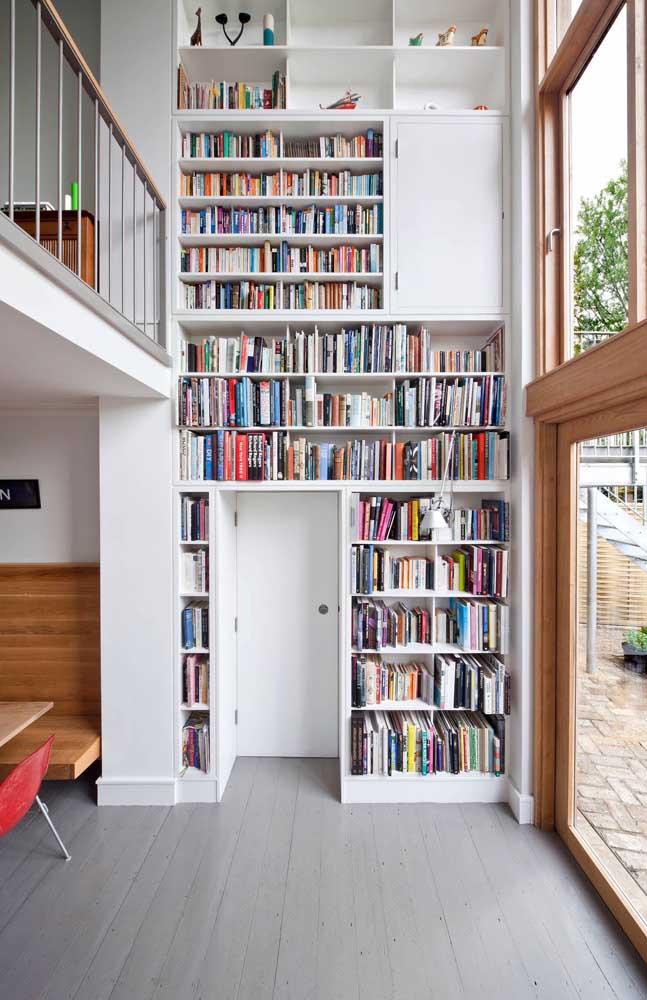Faça uma estante de livros encaixada na parede.