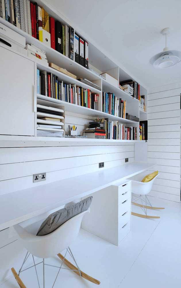 O modelo mais comum de estante para usar no escritório.