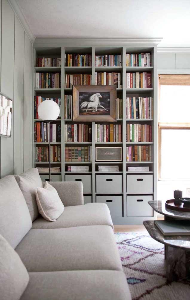 Na parte debaixo da estante, coloque em caixas os livros que você já leu e não vai usar mais.