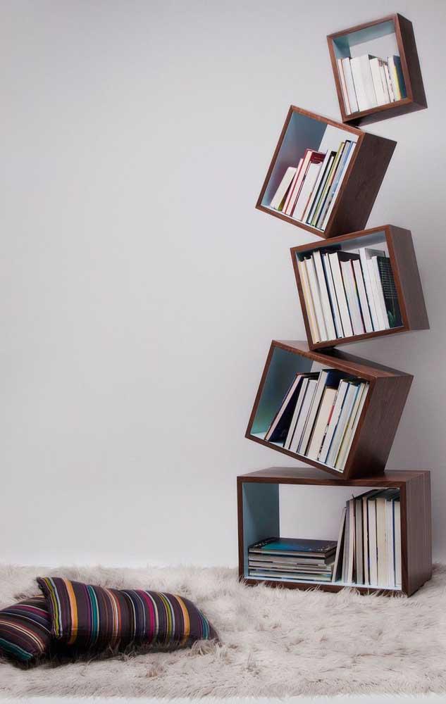 Existem vários móveis diferenciados para organizar seus livros e ainda ajudar na decoração do ambiente.
