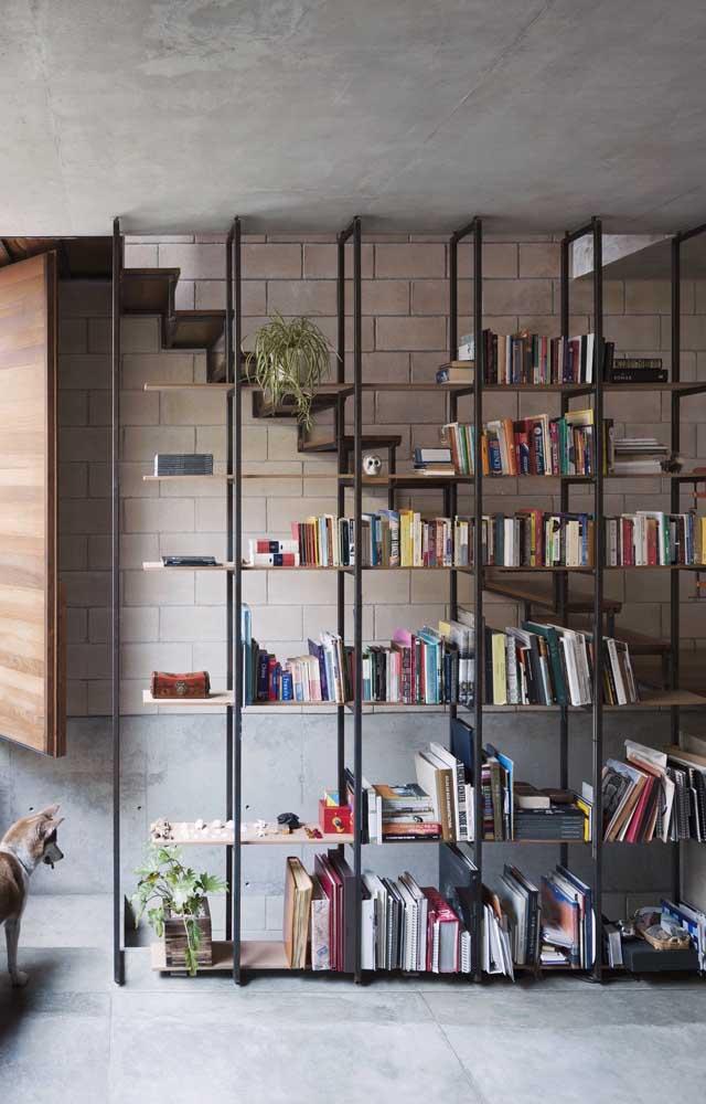 Você quer algo mais moderno para a sua sala? Aposte na estante de livros de metal.