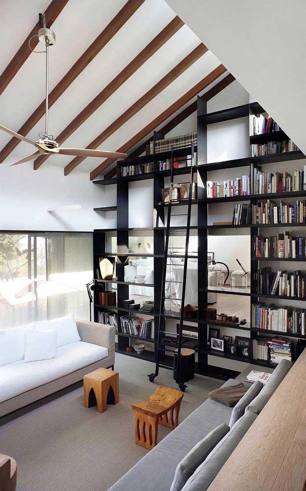 Para quem tem muitos livros e um bom espaço em casa, pode fazer uma estante grande para colocar na parede da sala.