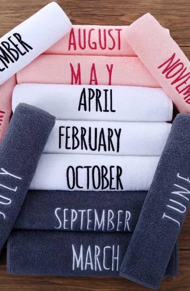 Ideia diferente aqui: toalhas bordadas com os meses do ano