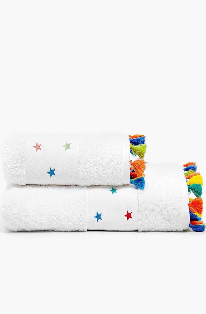 Linda opção de toalha bordada com estrelas coloridas, perfeita para crianças; o barrado de franjinhas completa com muito charme o conjunto