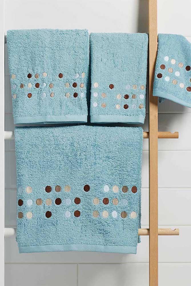 Bolinhas azuis enfeitam com graciosidade esse outro conjunto de toalhas bordadas
