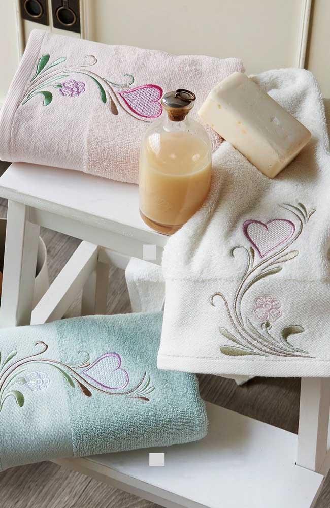 Conjunto de toalhas de banho bordadas na máquina; a diferença entre elas está só na cor