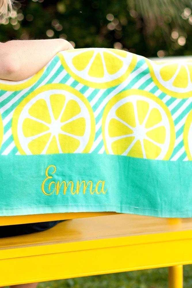 Toalha bordada com nome seguindo o mesmo padrão de cores da estampa principal