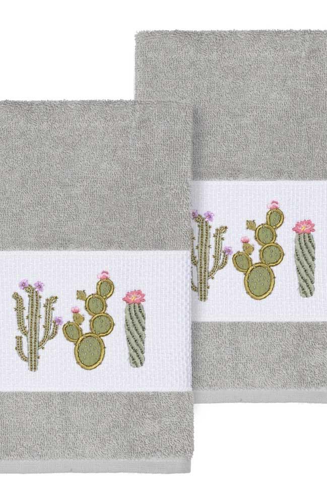 Cactos de diferentes tipos decoram essas toalhas de cor cinza e branca
