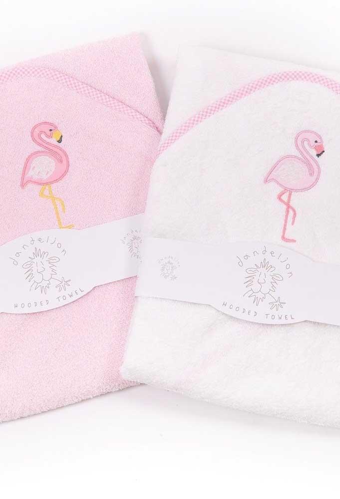 Toalha bordada para bebê com desenho de flamingo