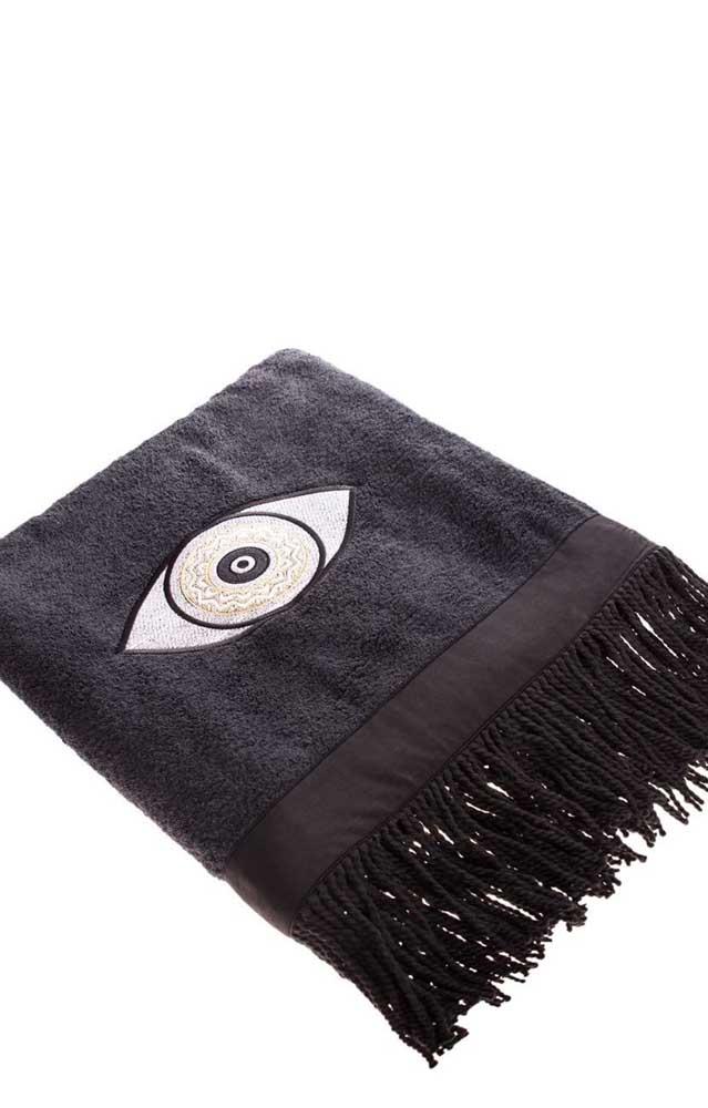 Para quem deseja algo mais impactante, pode apostar em uma toalha preta com bordado de olho, como essa da imagem
