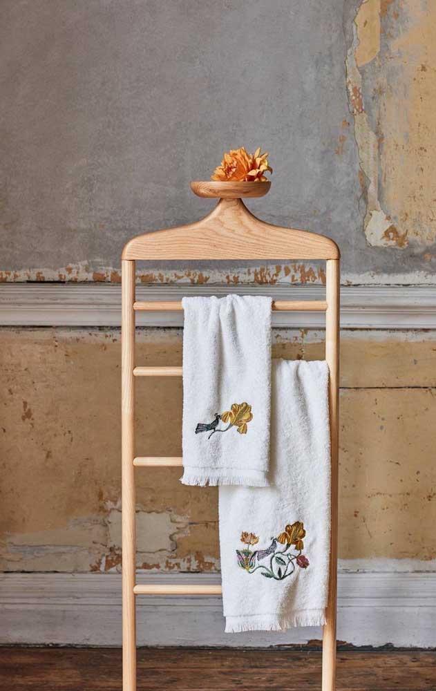 Que linda opção de toalha bordada com estampa de pavão