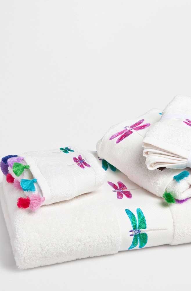 Libélulas de cores vivas e intensas enfeitam esse kit de toalhas bordadas; destaque para o barrado de franjinhas