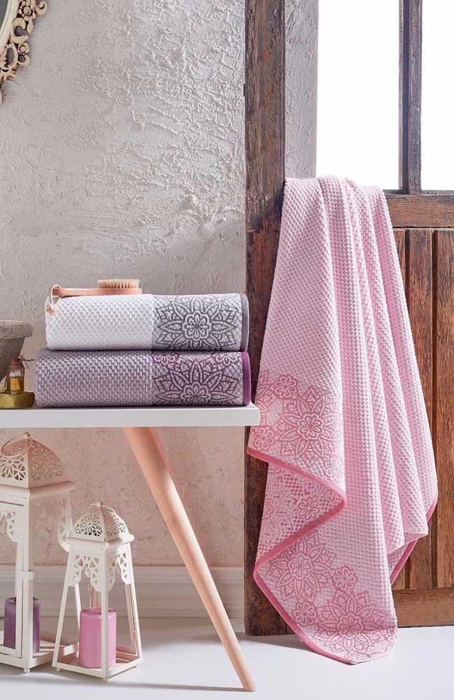 As toalhas texturizadas ganharam lindas flores bordadas em formato de mandala