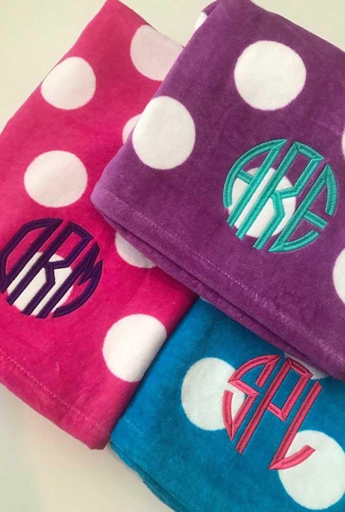 Descontraídas e alegres, essas toalhas de bolinhas ganharam bordados em letras com cores contrastantes