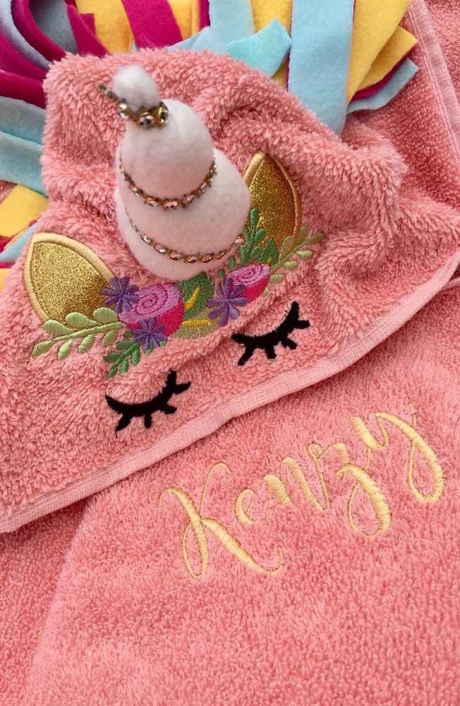 Que gracinha essa toalha de bebê com bordado de unicórnio no capuz