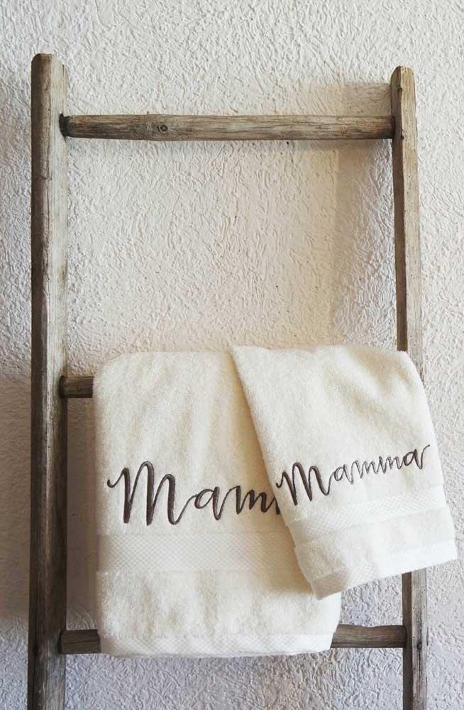 Olha que ótima sugestão de presente para o dia das mães: uma toalha bordada bem felpuda e macia!