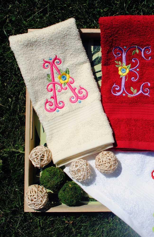 Toalhas bordadas para presentear um casal; cada peça leva uma inicial dos nomes do casal