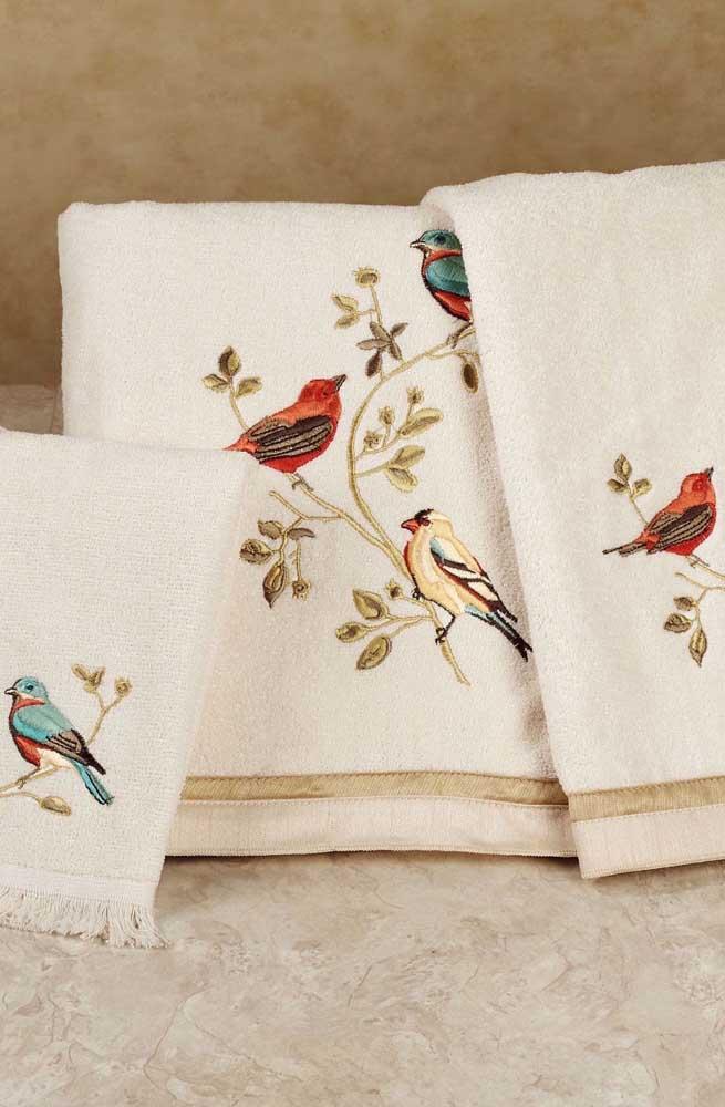 Que delicadeza esses passarinhos bordados nas toalhas de banho e rosto!