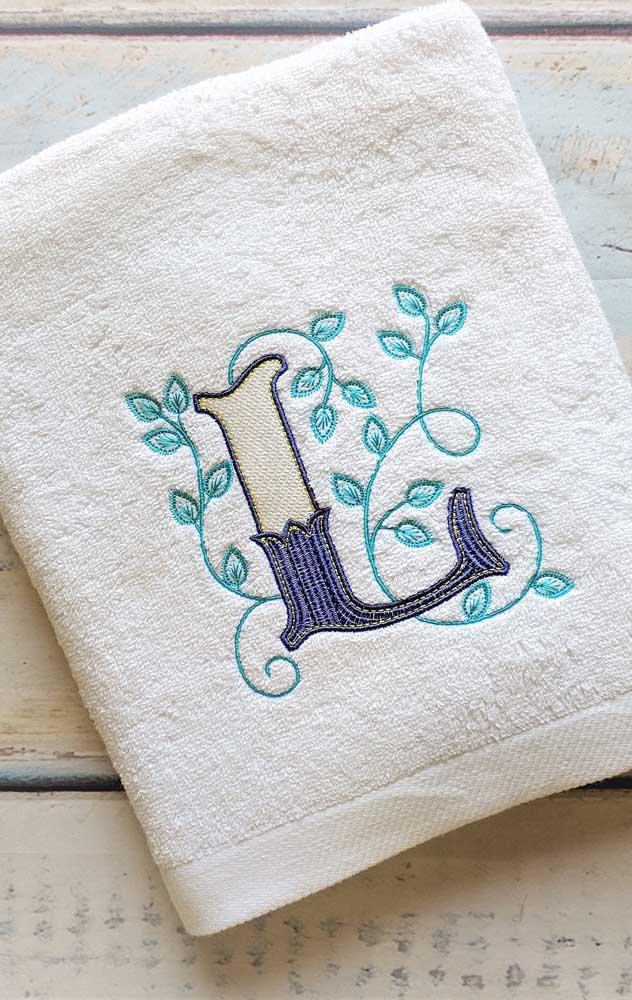 Letras são sempre uma boa pedida para bordar em toalhas, especialmente se você pretende fazer para vender