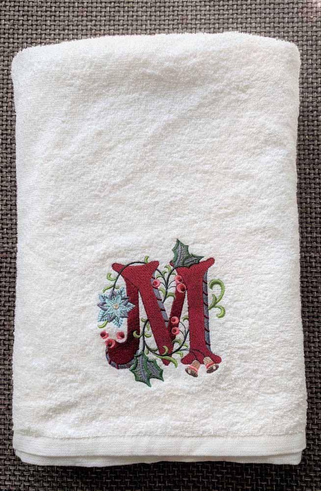 O bordado fica ainda mais em destaque nas toalhas brancas
