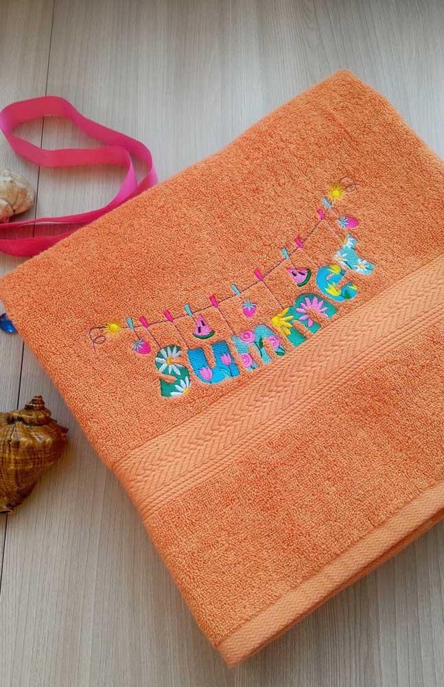 Linda toalha de praia bordada com motivos tropicais e de verão