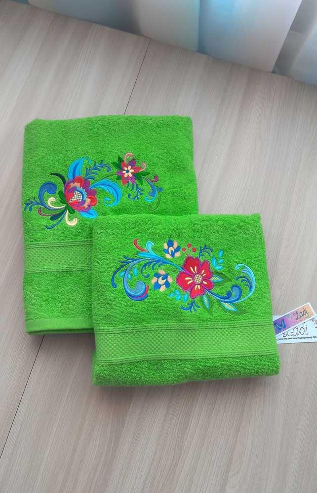Ah, as flores! Sempre embelezando o caminho por onde passam, inclusive quando bordadas nas toalhas de banho