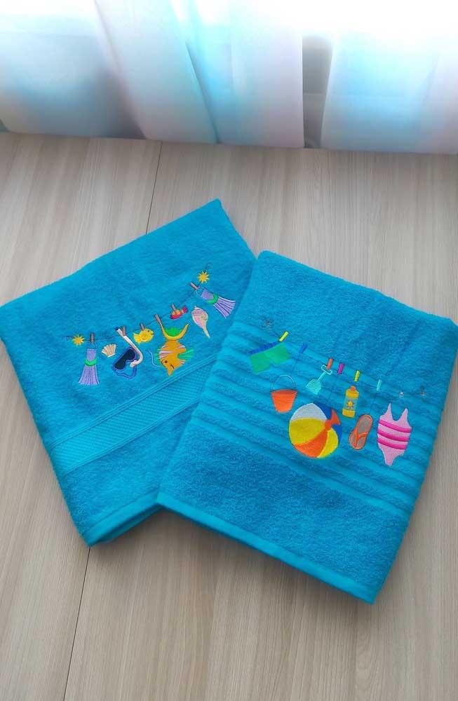 Praia, verão e sol: tudo isso no bordado da toalha