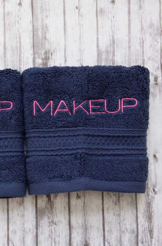 Toalhinha para maquiagem bordada na máquina