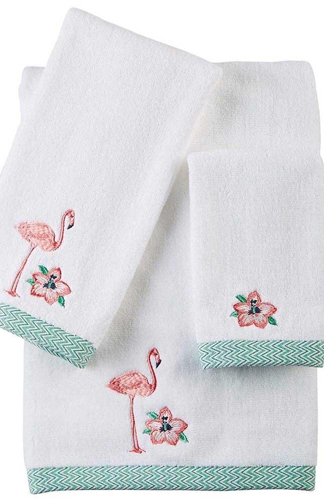 Os flamingos são o tema do bordado desse outro conjunto de toalhas; o barrado em tecido com estampa Chevron azul dá o toque final ao kit