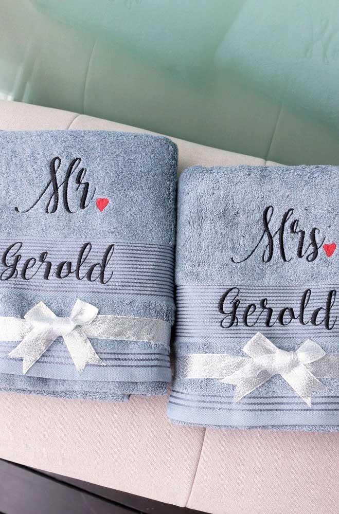 Ótima opção de presente para casais: toalha de banho bordada