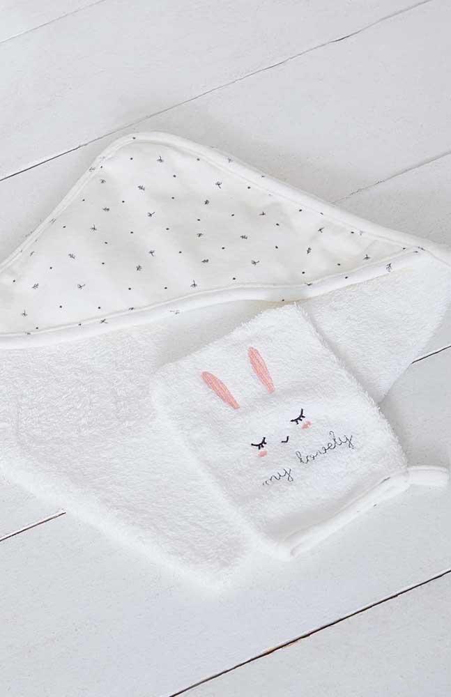 Muito meigo e delicado o bordado que acompanha essa toalha de banho infantil