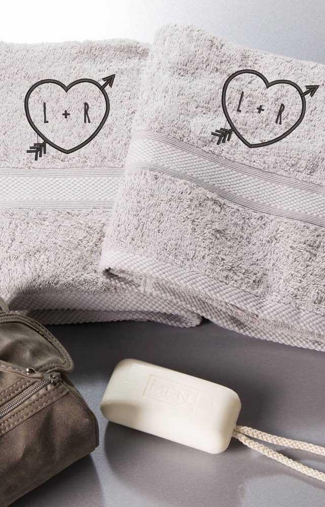 Corações apaixonados estampam essa dupla de toalhas bordadas de casal