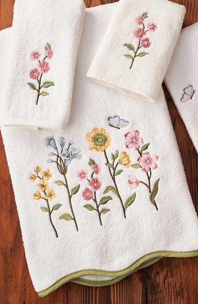 Um jardim de flores no barrado das toalhas de banho e rosto