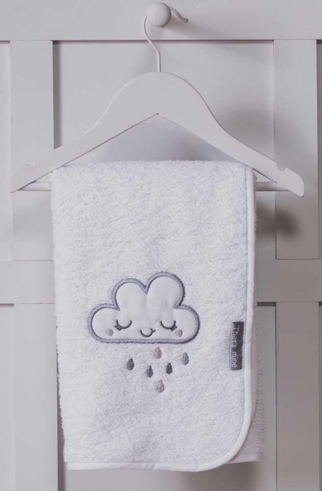 A nuvenzinha chorona também aparece no bordado da toalha, linda!