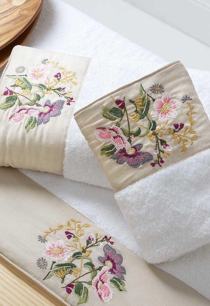 Toalhas bordadas com flores; opção elegante, romântica e muito charmosa