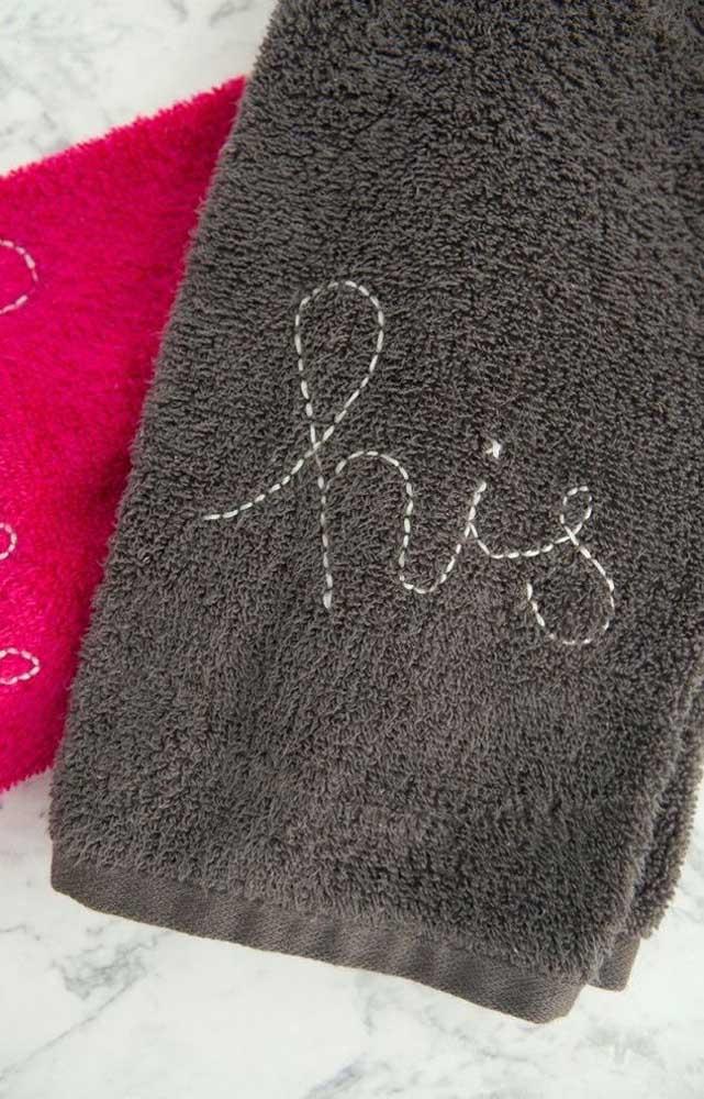 Bordado simples feito à mão para identificar os donos de cada toalha