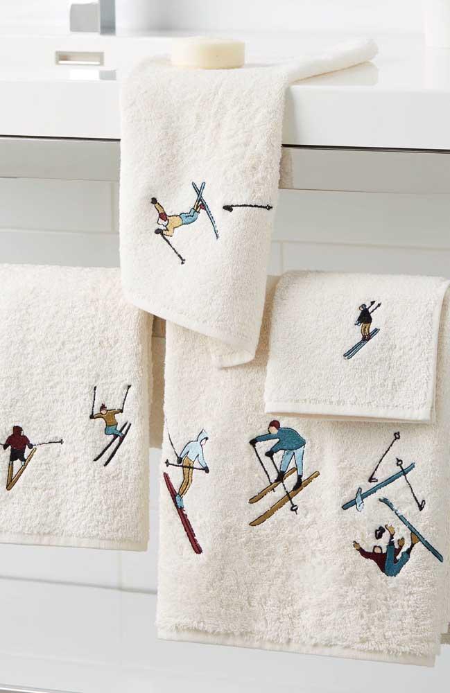 Um bordado radical feito na máquina para alegrar o conjunto de toalhas felpudas e macias
